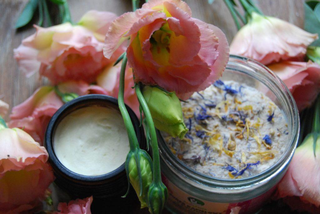 serum antycellulitowe nawilżająco-odżywcze i puder kwiatowy w różowych eustomach