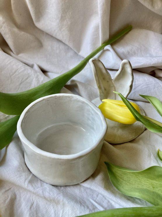 ceramiczny pojemnik z pokrywką z uszami