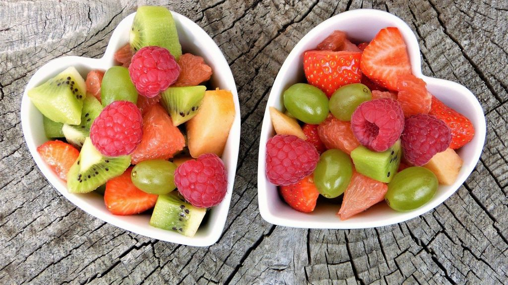 dwie miski pełne owoców