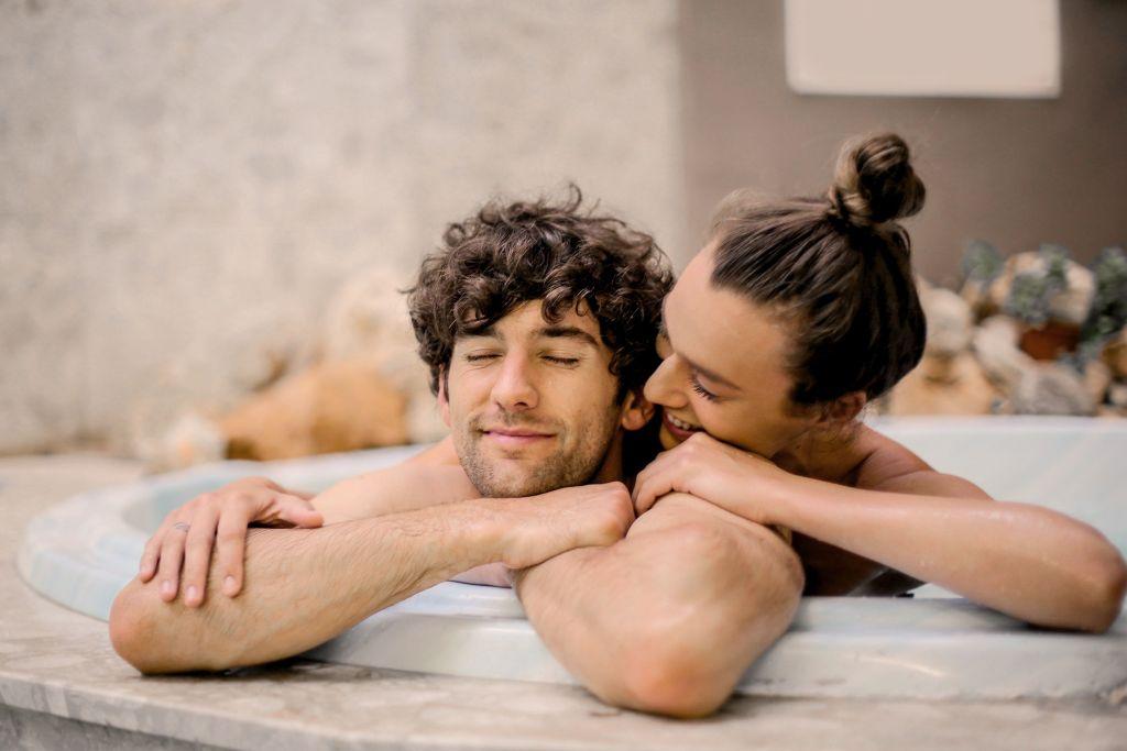 kobieta i mężczyzna w wannie