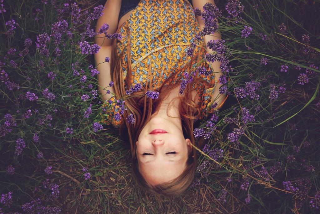 kobieta leżąca w lawendzie