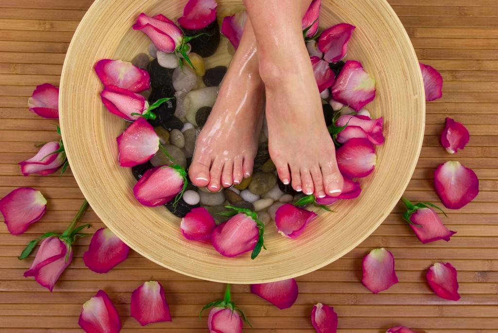akcja relaksacja - stopy w misce z wodą i różami